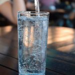 55% wollen EU-Richtlinie zu kostenlosem Leitungswasser in Restaurants